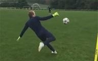 Kỹ năng phát bóng sống cực hay của thủ môn