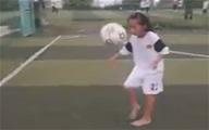 Bé gái 9 tuổi ở Vĩnh Long tâng bóng khéo léo như Messi