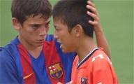 Cầu thủ nhí Barca khiến trái tim NHM tan chảy vì hành động đẹp