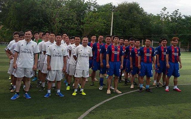 Cựu cầu thủ Thể Công, Vương Tiến Dũng so tài với cựu cầu thủ TCĐS, Lê Khắc Chính trên sân chơi phong trào