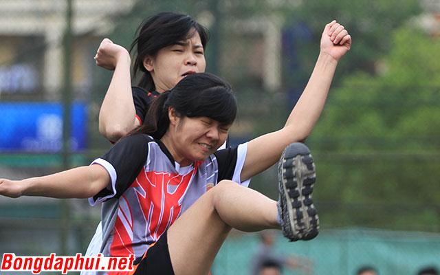 Nữ sinh trường Báo đá bóng… máu hơn cả nam sinh