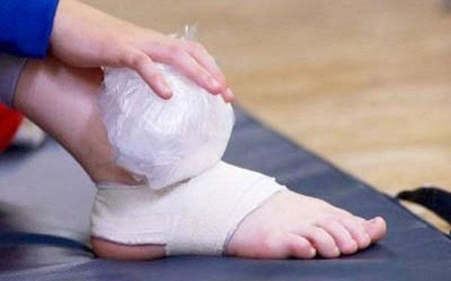 Xử lý chấn thương bong gân, căng cơ khi chơi bóng đá