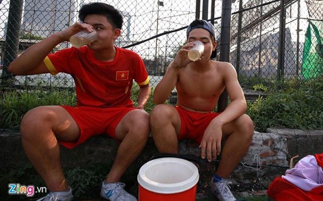 Nên uống gì khi chơi bóng đá?