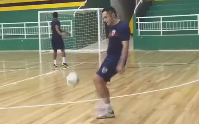 Falcao liên tục đỡ dính bóng bằng... ngực