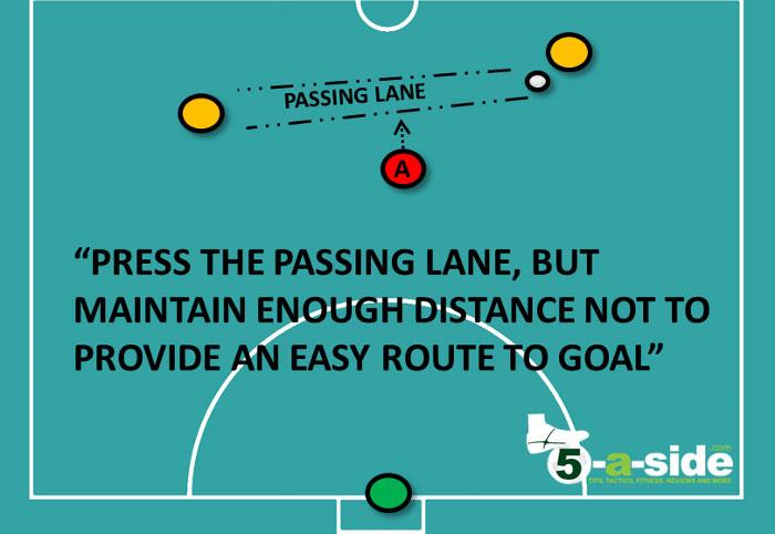 Giữ khoảng cách hợp lý để đối phương khó khăn nếu muốn chuyền bóng