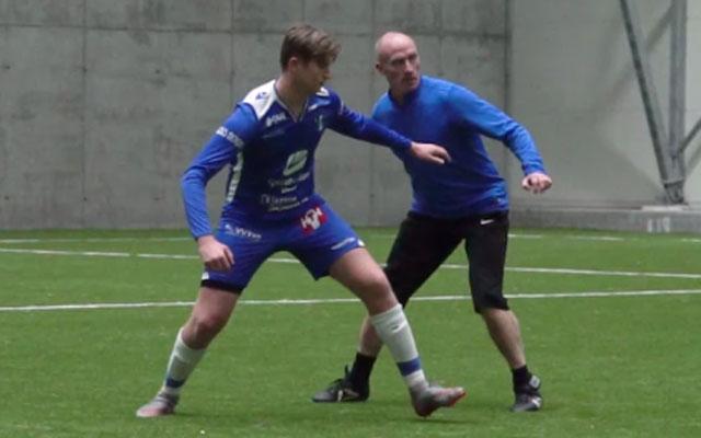 Kỹ năng bóng đá: Ngăn đối phương cài đè, nhận đường chuyền