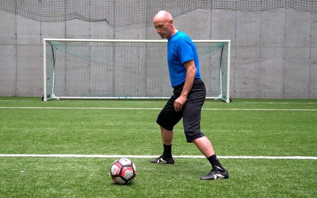 5 tư thế phòng ngự cầu thủ đá bóng cần phải biết