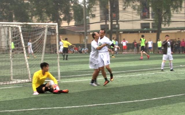 HLV Đặng Phương Nam ghi bàn thắng tuyệt đẹp trên sân phủi