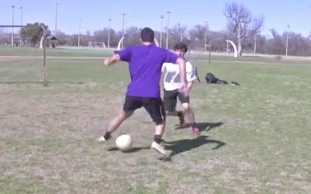 Kỹ thuật vê bóng và chặt bóng chuyển hướng