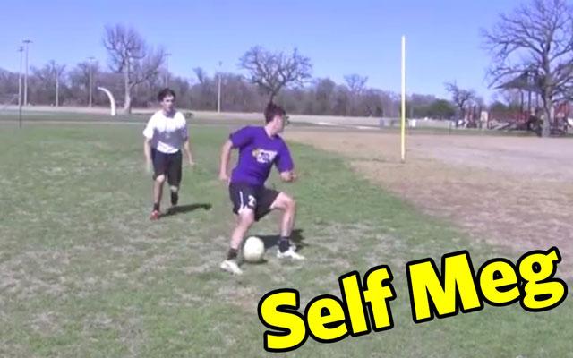 Kỹ năng đá bóng: Bỏ bóng trôi qua 2 chân