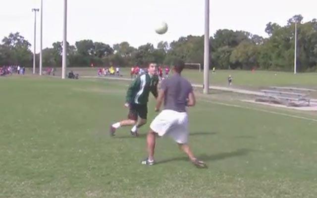 Kỹ năng đá bóng: Lốp bóng qua đầu kiểu Neymar