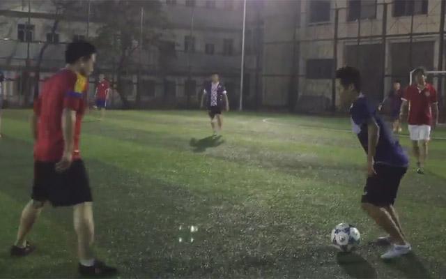 """Ngôi sao đi bộ Giang """"say"""" gắp bóng giống Neymar"""