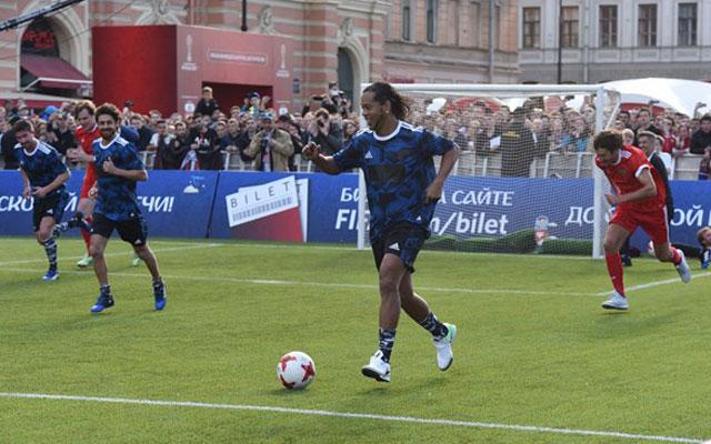 Ronaldinho phô diễn kỹ thuật trên sân 6v6