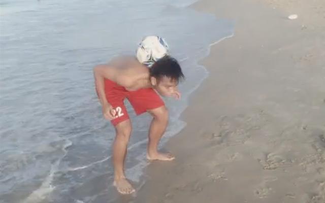 Đã mắt với màn biểu diễn trên bờ biển của cầu thủ U19 Việt Nam