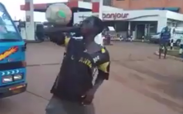 Cao thủ châu Phi biểu diễn trên phố
