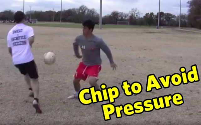 Kỹ năng đá bóng: Bấm bóng qua người