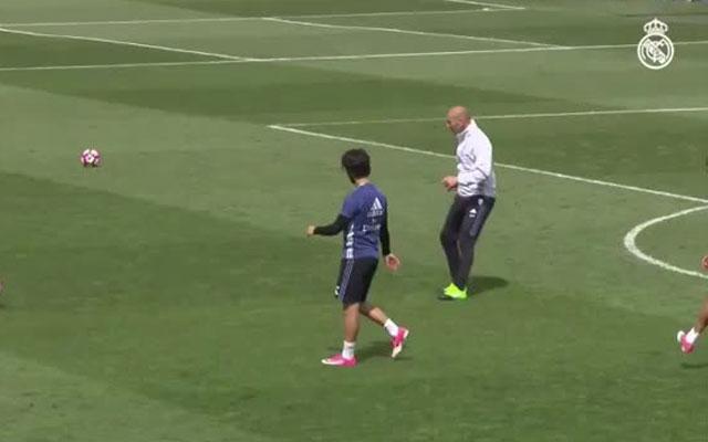 HLV Zidane mồi bóng như đặt cho học trò tập sút