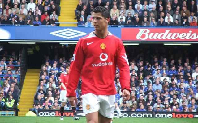 Cristiano Ronaldo đã làm gì khiến fan Chelsea phải câm nín?