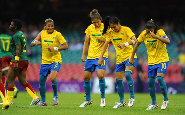 Khi các nữ cầu thủ quẩy kỹ thuật trên sân