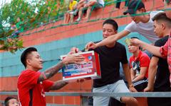 Ca sĩ Tuấn Hưng cùng HAT về Bắc Giang đá bóng từ thiện