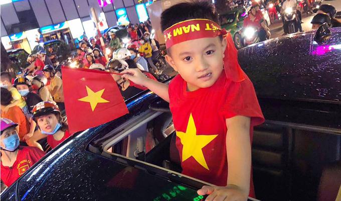 """Bầu Hạnh, ca sĩ Phạm Trưởng khoe hình quý tử """"hot boy"""" cổ vũ cho U23 Việt Nam"""