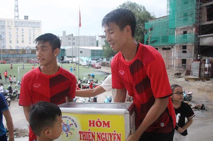Tiến Dũng, Trọng Đại vác hòm từ thiện đi quyên góp ở Bắc Ninh