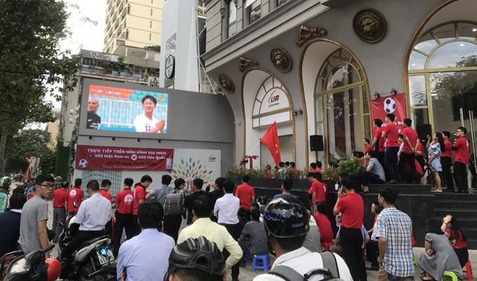 Cận cảnh: Lê Bảo Minh mua ghế, xua quân nghỉ làm để cổ vũ cho thầy Park và học trò