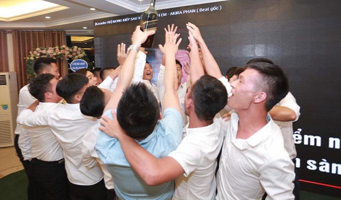 Nhiều giải thượng lạ xuất hiện trong buổi lễ kỷ niệm đội bóng bầu Hiệp min