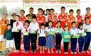 Chân Tình 308 FC so giày với cầu thủ U23VN trong trận cầu thiện nguyện tại Vĩnh Long