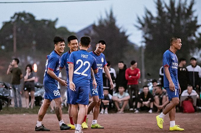 Tuấn Hưng đá bóng từ thiện mang niềm vui cho trẻ em nghèo Nam Định
