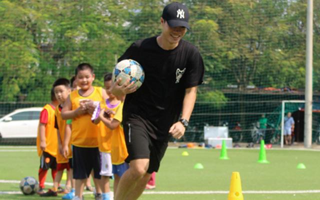 """Anh Đức, Văn Toàn dạy cầu thủ nhí đá bóng ở """"lò"""" VietSoccer"""
