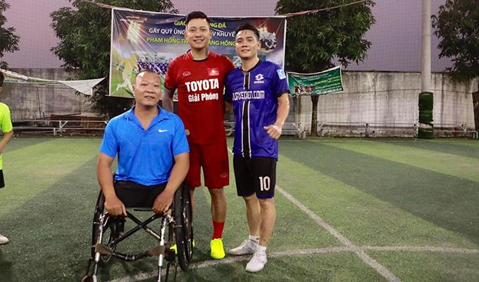 Tuấn Hưng đá bóng từ thiện ở quê Văn Quyết để ủng hộ vợ chồng VĐV khuyết tật