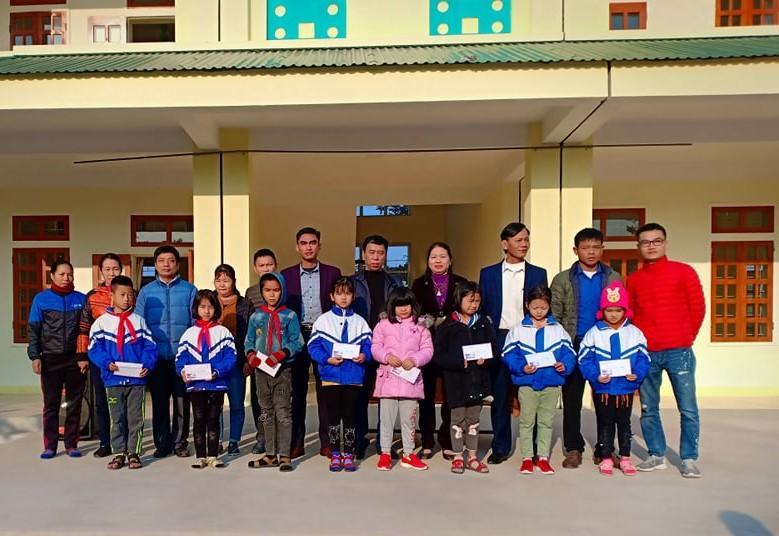 Giải ĐH Đô Lương tại Vinh 2019: FC Đà Sơn trao quà khuyến học tới học sinh ngèo vượt khó